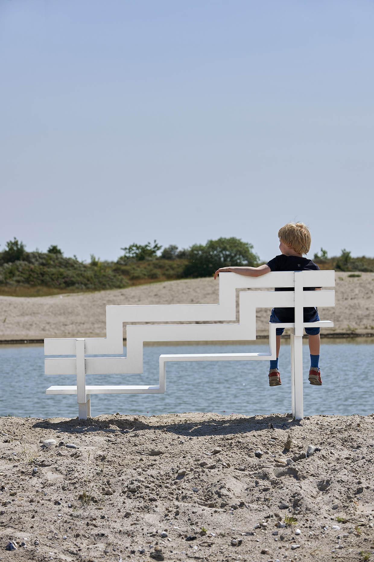 Jeppe Hein, Modificeret Social Bænk U, 2008. ARKEN Museum for Moderne Kunst. Foto: Torben Petersen