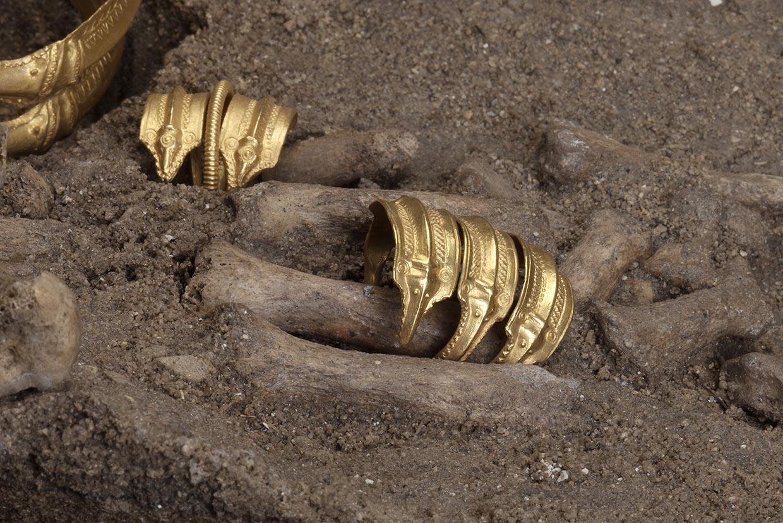 To fingerringe af guld fra Himlingøje. Kvindegrav, yngre romersk jernalder. Nationalmuseet. Foto: John Lee