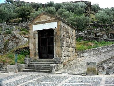 Templete romano  ubicado en uno de los extremos del puente de Trajano cuyo dintel tiene una inscripción en latín.