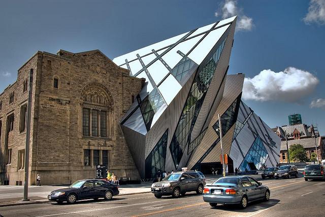 Royal Ontario Museum (1912) med parasit av Daniel Liebeskind (2007)