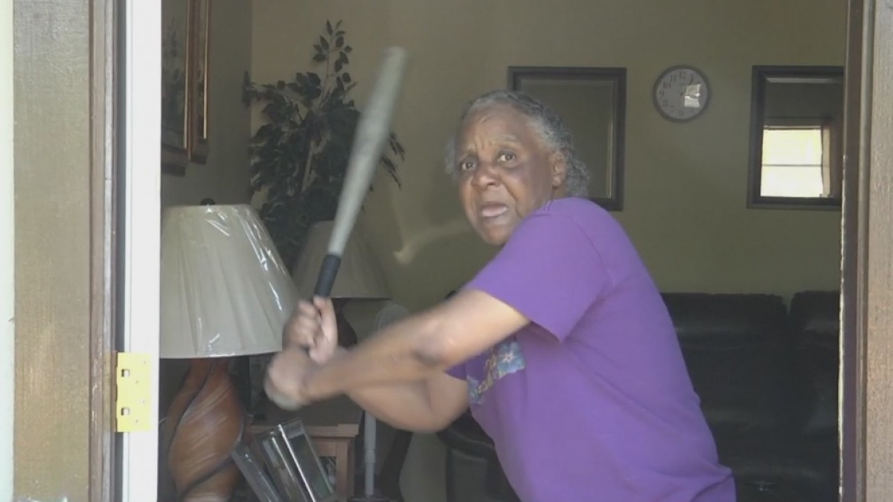 Grandma_fends_off_burglar_with_bat_10_20190417114420-846655081