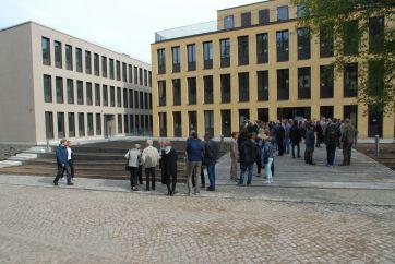 Langsam versammeln sich die Gäste vor dem Neubau am Telegrafenberg