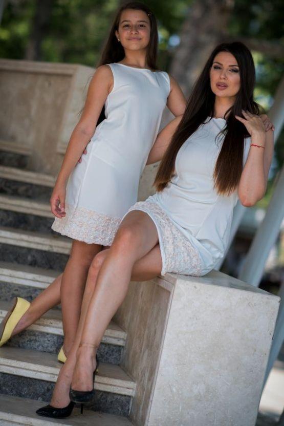 Комплект еднакви рокли за майка и дъщеря с прасковена дантела