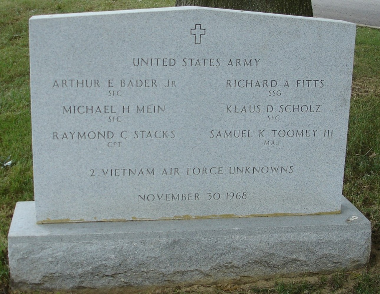 https://i1.wp.com/www.arlingtoncemetery.net/aircrew-11301968-gravesite-photo-august-2006-001.jpg