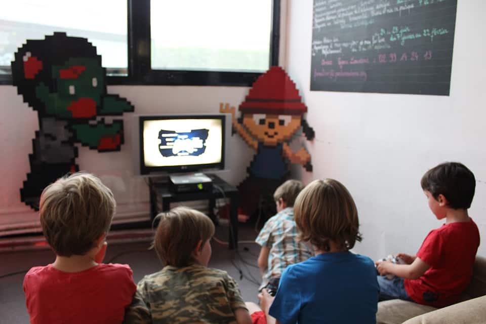 Photo d'enfants qui jouent à un jeu vidéo - La Fête #3