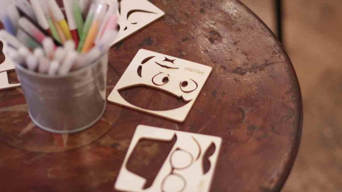 Photo de pochoirs en bois et de feutres - atelier arts plastiques LISAA
