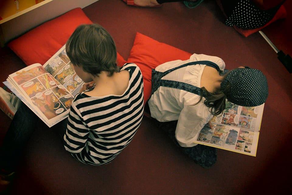 Photo d'ambiance La Fête #5 - deux enfants lisent des BD