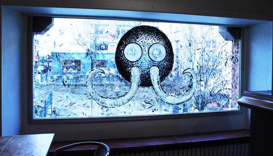 Photo d'une fenêtre décorée avec la mascotte de Mamoot