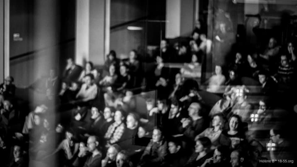 Photo noir et blanc d'un public installé