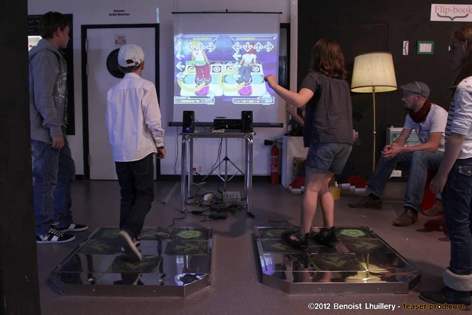 Photo - deux enfants jouent à un jeu vidéo