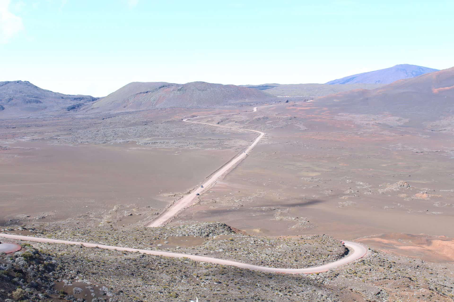 Photo - Une route dans un paysage désertique et vallonné