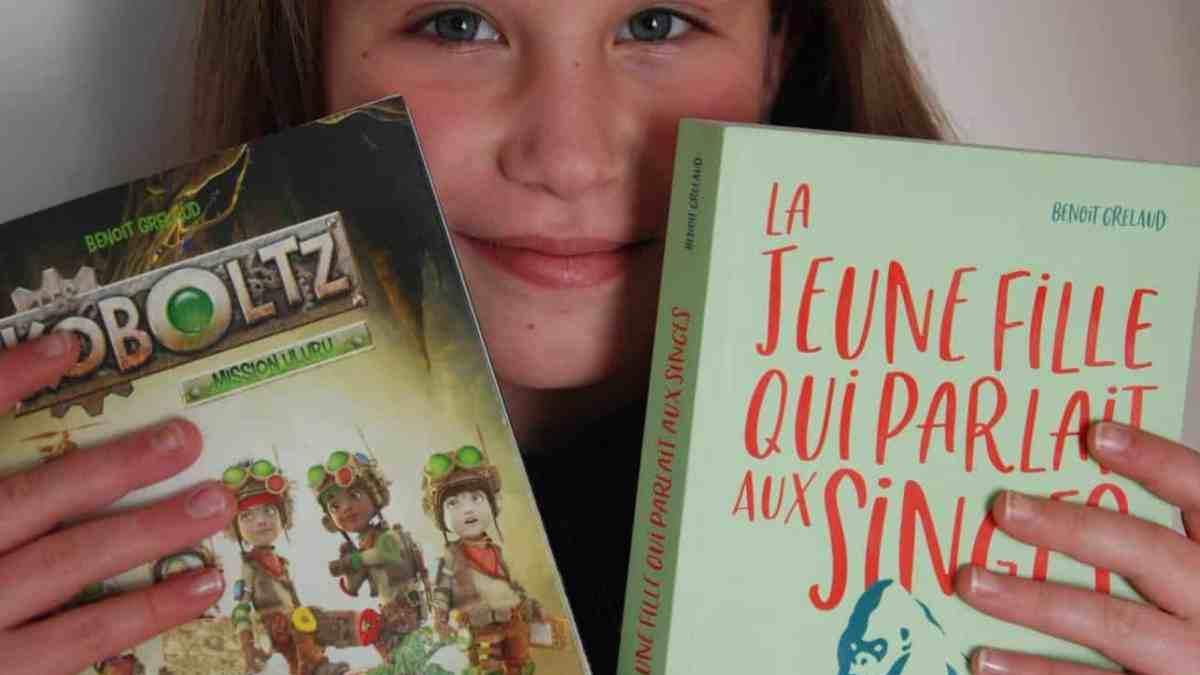 Photo d'une enfant avec deux livres dans les mains