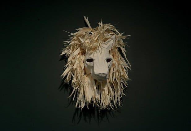 Tête de lion faite de papiers