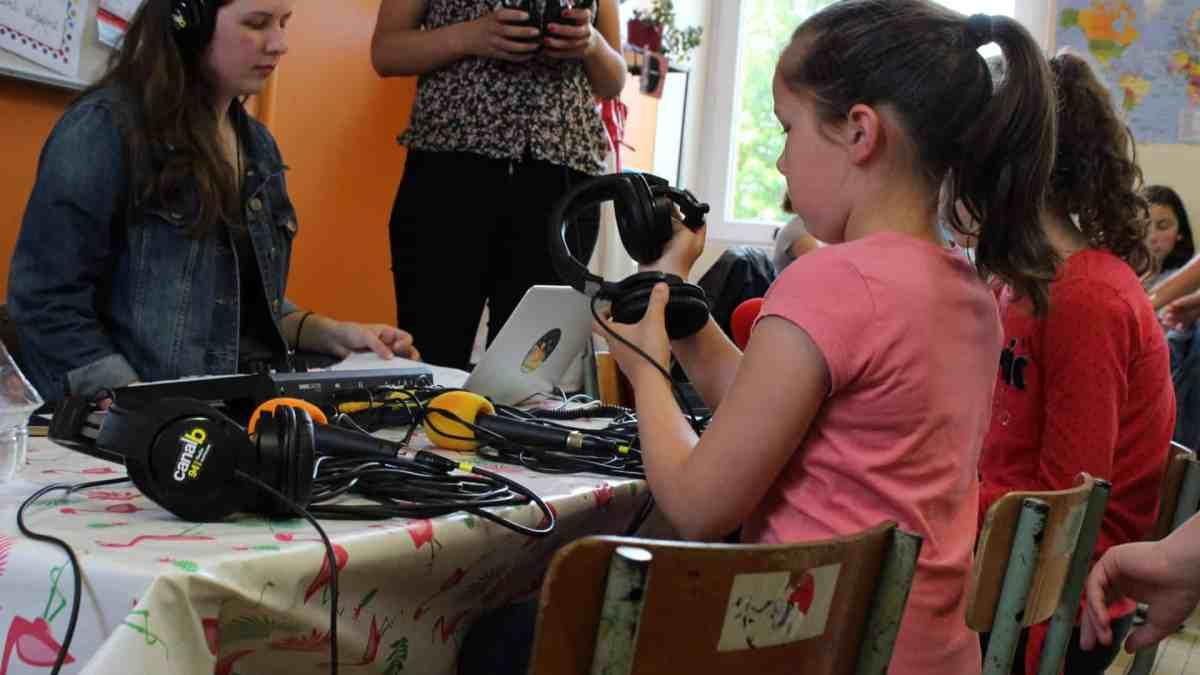 Photo d'un atelier Mercredi (Cartes postales sonores) avec des élèves de l'école de Taillis