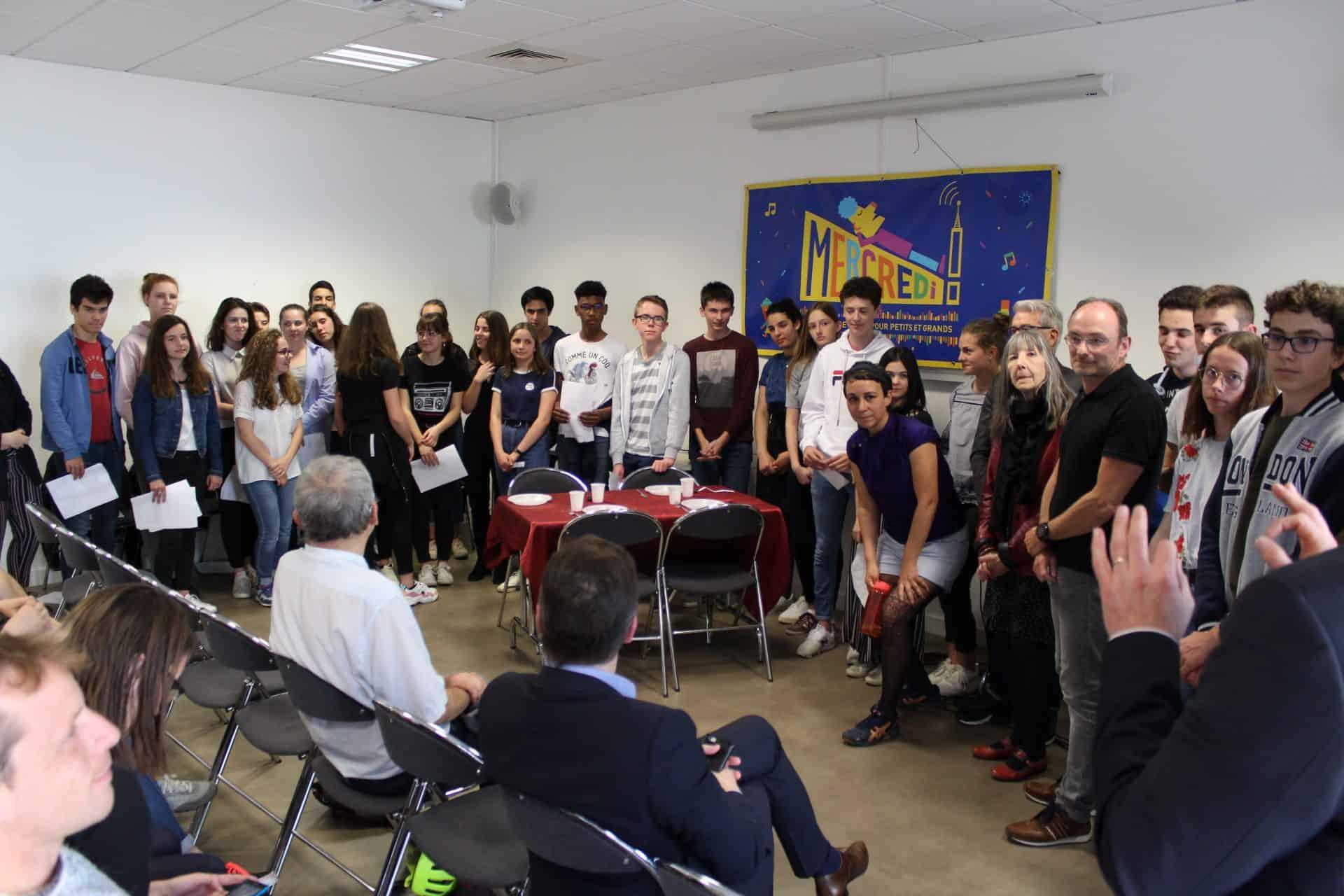 Photo des élèves et des professeurs durant le rendu du projet radio sur L'Algérie