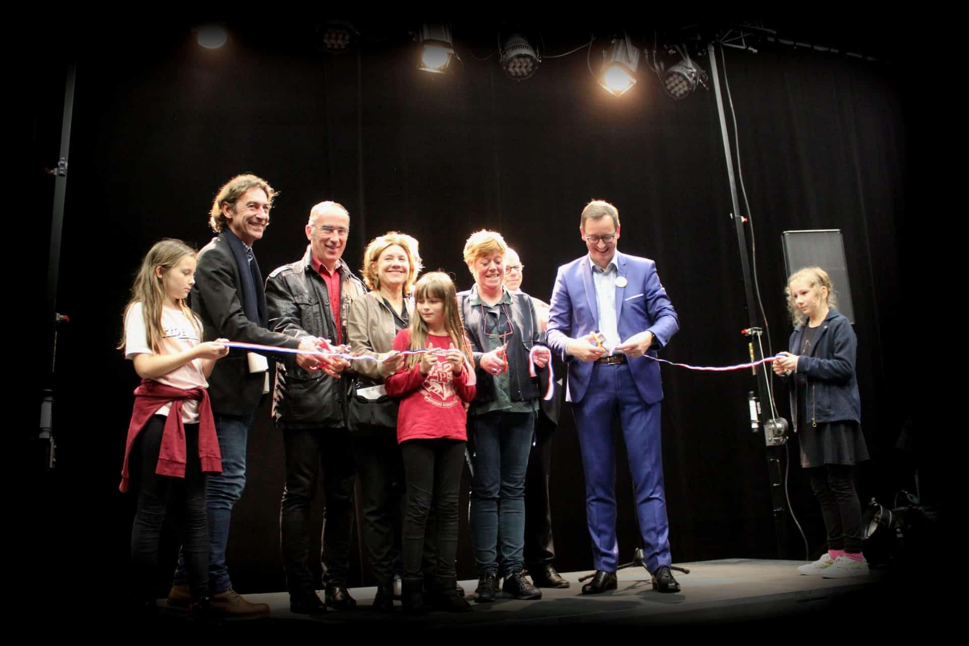 Photo - Coupé de cordon à l'inauguration de La Casba