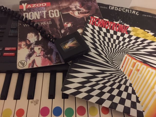 Photo - synthé et pochettes de vinyles