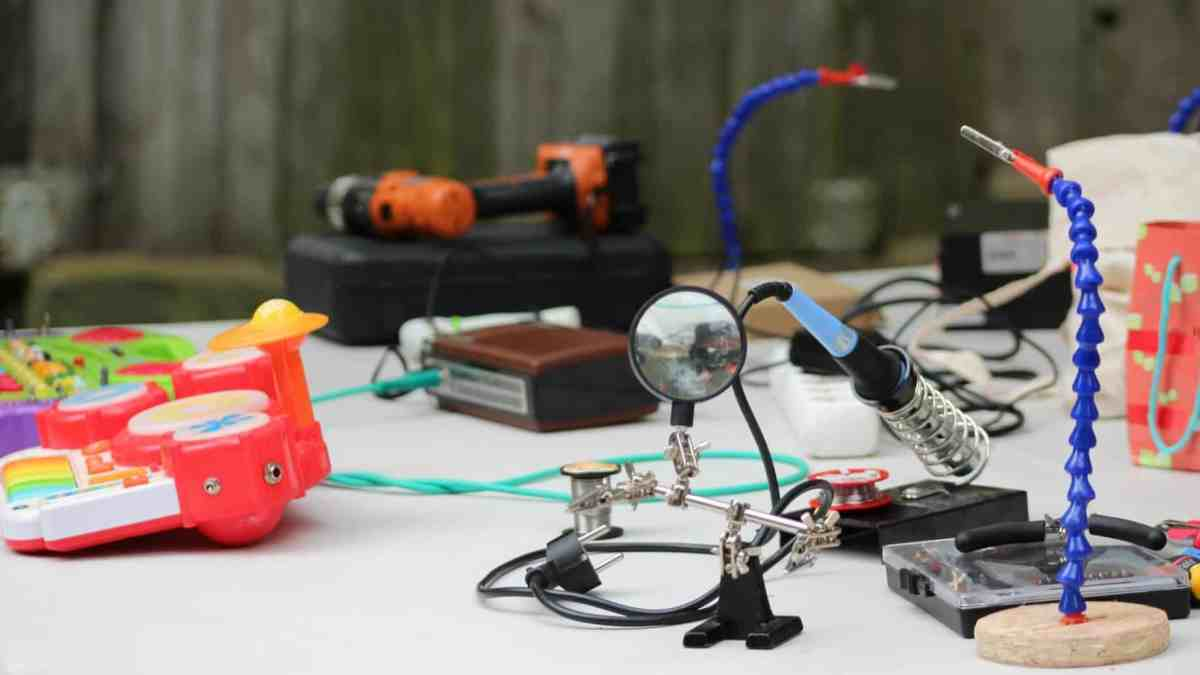 Divers objets pour bricoler et faire du circuit bending disposés sur une table