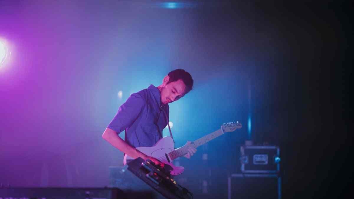 Photo de Les Gordon jouant de la guitare
