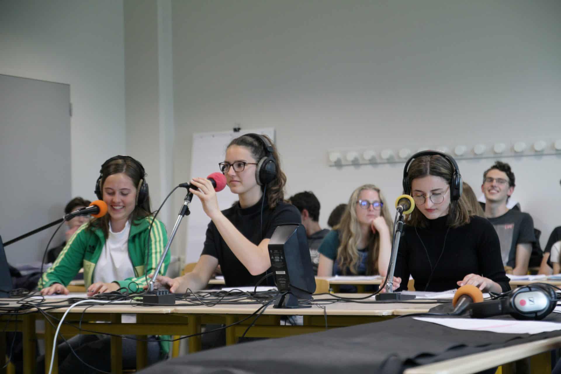 Photo - Des collégiens enregistrent une émission de radio dans leur classe