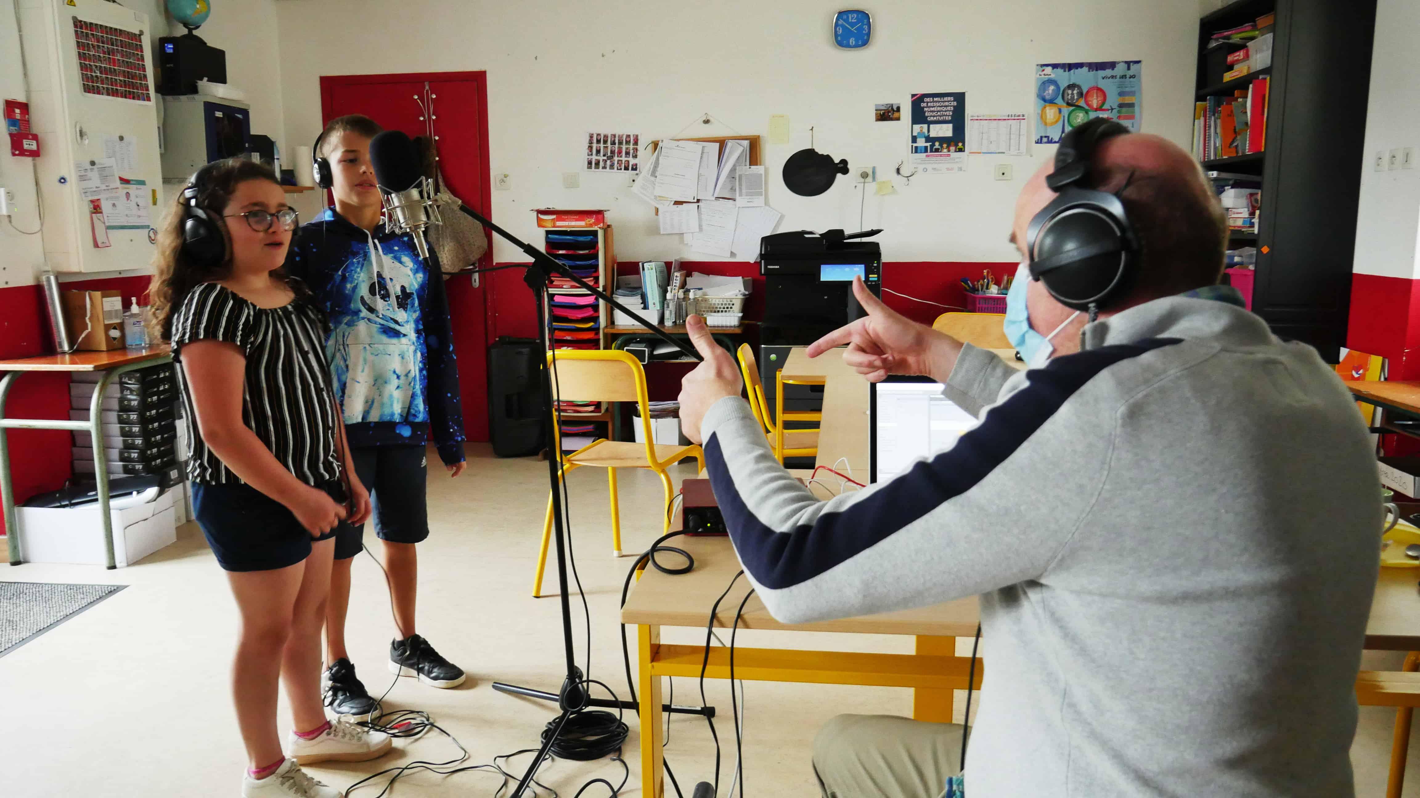 Photo d'atelier à Maxent avec Rotor Jambreks - les enfants enregistrent leur voix