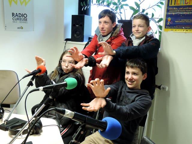 Groupe d'enfants dans les studios de Canal B