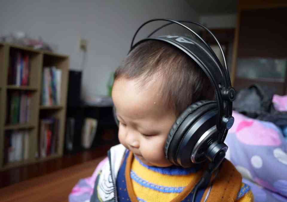 Bébé avec un casque sur les oreilles