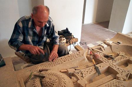 https://i1.wp.com/www.armeniapedia.org/images/e/e0/Khachkar_carver_ijevan--dcp9338.jpg