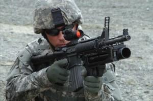 Un soldato USA imbraccia un M4A1 equipaggiato con lanciagranate M320