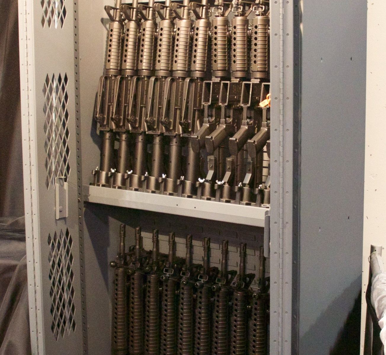 Armadio pieno di armi