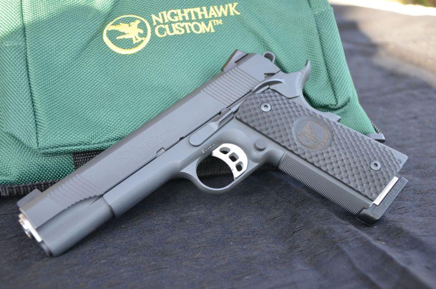 La bella GRP accanto alla valigetta Nighthawk Custom