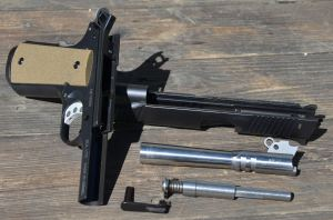 I componenti principali in smontaggio di campagna, notare la canna conica ed il sottile filo metallico che blocca la recoil spring