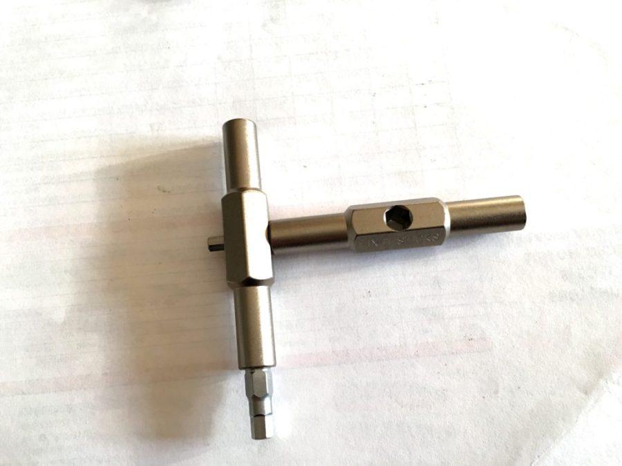 i fori esagonali a misura di bit permettono di inenstarli per poter applicare maggiore forza di serraggio