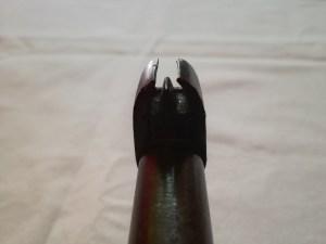 Il mirino a pinna con sezione triangolare protetto dalle alette laterali.
