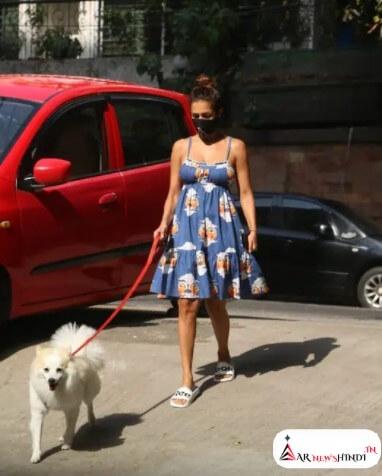 Malaika Arora हॉट अंदाज में कोरोना के बीच अपने कुत्ते को बाहर