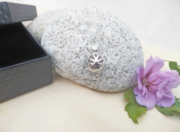 Aroma šperk kvet lotos maly postriebrený dekor