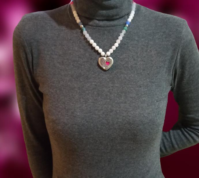 Náhrdelník drahé kamene okolo krku