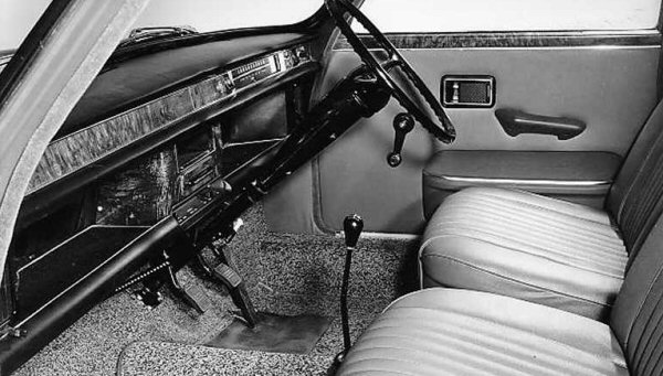 1800 interior followed the 1100 and Mini's minimalist design. As plush as this version was, the odd angle  of its steering wheel and the almost unreachable switchgear mounted on the centre console weighed  heavily against it in this more elevated sector of the market.