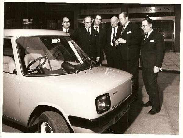 Enfield Automotive 8000. The Chairman of the Electricity Council and other EC Board members on the date of signing the contract for the Enfield 8000.