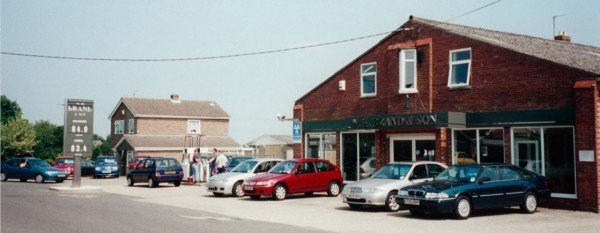 And now we're going to party like it's 1999... Locals in their Metro and Rover 400 HH-R are popping by to refuel (no doubt bought from the dealership in earlier years), while a pair of bright and fresh looking R3 200s look sharp on the forecourt.  The £5,675 Rover 820i Fastback has taken quite a depreciation hit in just over three years!