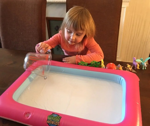 Zimpli Kids Gelli Worlds Fantasy Pack - pouring water into tray