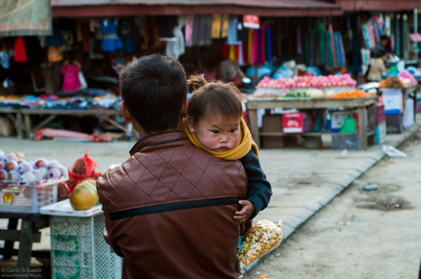 dickes Kind auf dem Markt in Phonsavan