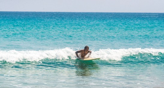Carlo beim Versuch zu surfen