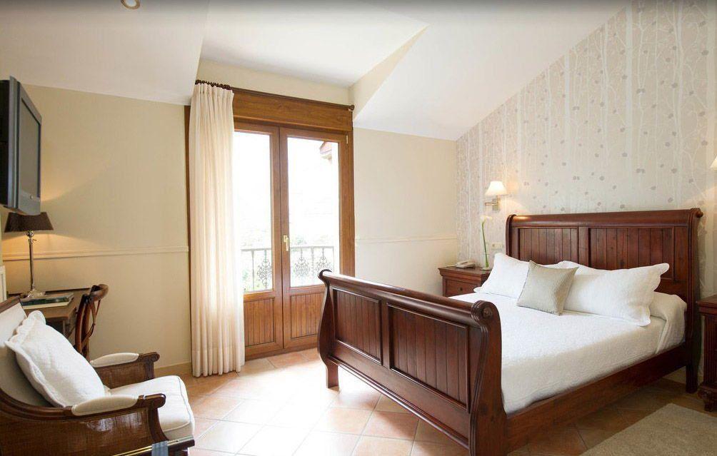 Luminosa habitación con vistas a la Sierra del Cuera en Hotel Arpa de Hierba, La Pereda Llanes