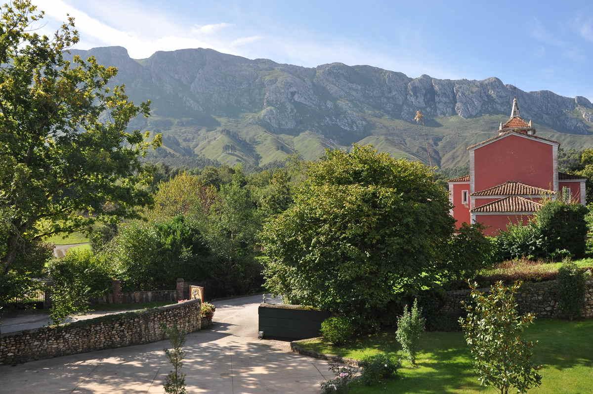 Vistas desde nuestro Hotel rural Arpa de Hierba con maravillosas vista a la montaña de la Sierra del Cuera y a la Iglesia de la Pereda Llanes
