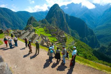 tourists-in-machu-picchu
