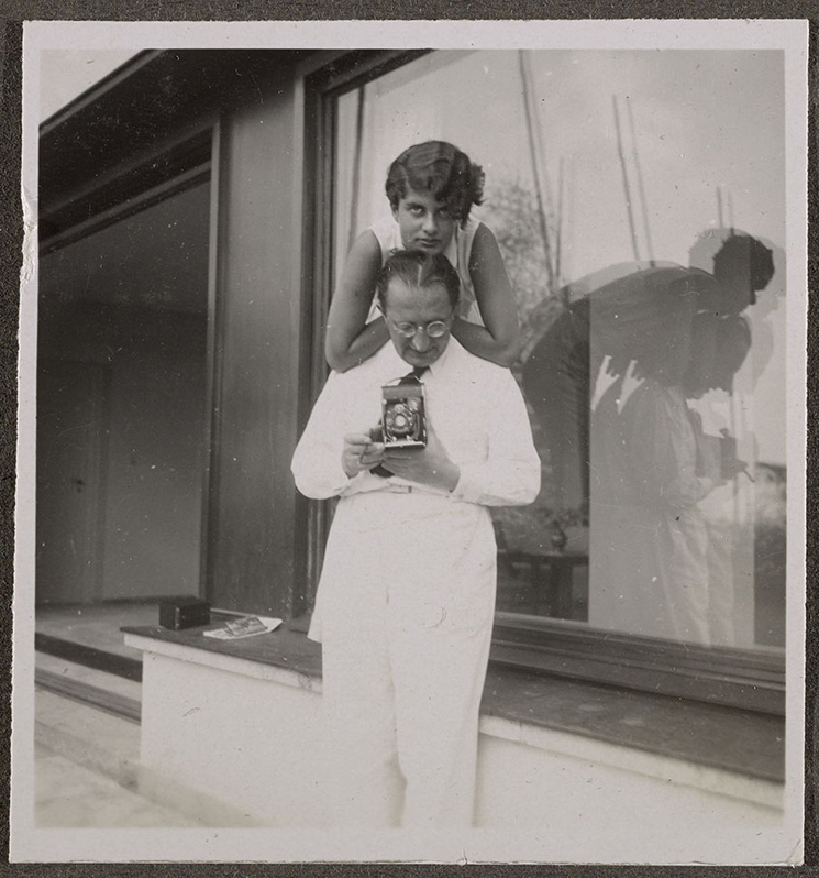 erich-mendelsohn-holding-camera-with-his-daughter-on-the-terrace-of-am-rupenhorn-ca-1932