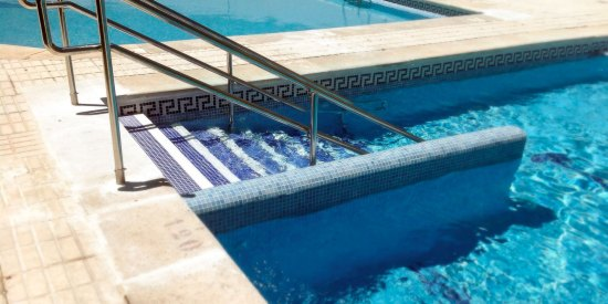escalera y baranda de acero inox para acceso a piscina
