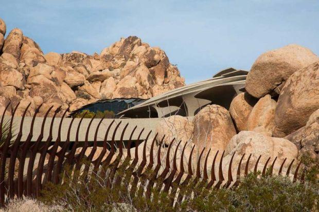 arquitectura high desert house Kendrick Bangs Kellogg fotografía de lance gerber exterior reja