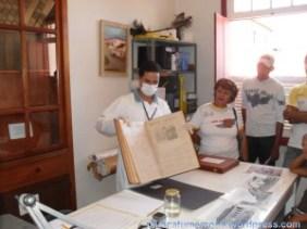 Arquivista Carlos apresenta exemplar do jornal Minas Gerais